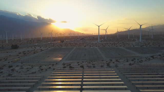 vídeos de stock e filmes b-roll de renewable energy is the future - wind turbines and solar panels near palm springs - energia solar