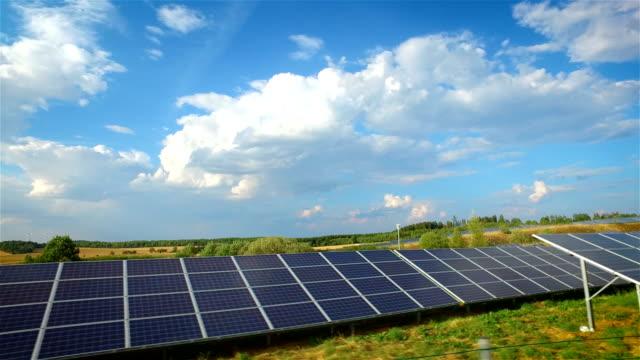 vídeos de stock e filmes b-roll de renewable energy: modern solar panels and wind turbinon - equipamento solar