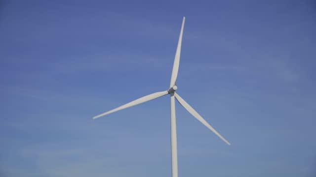 再生可能エネルギー風力タービン - 人の居住地点の映像素材/bロール