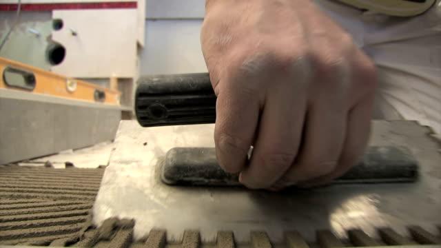 реконструкция-керамическая плитка откладывание - мозаика стоковые видео и кадры b-roll