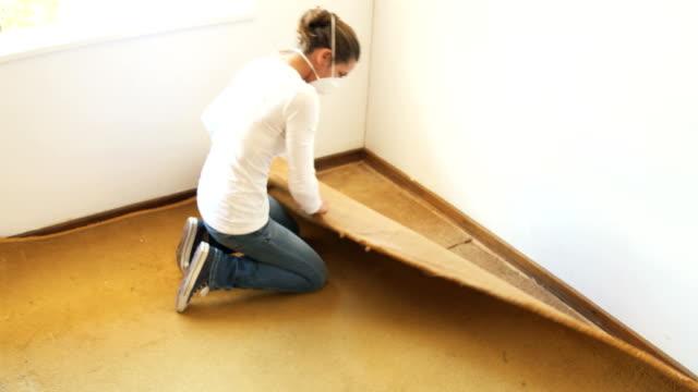 renovator woman strappa il vecchio tappeto polveroso - moquette video stock e b–roll