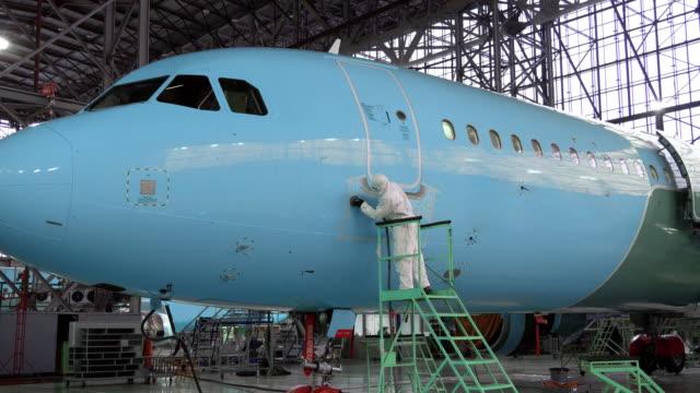 vidéos et rushes de réparation du fuselage de l'avion. la couleur du fuselage de l'alyet de l'avion - hélice pièce mécanique