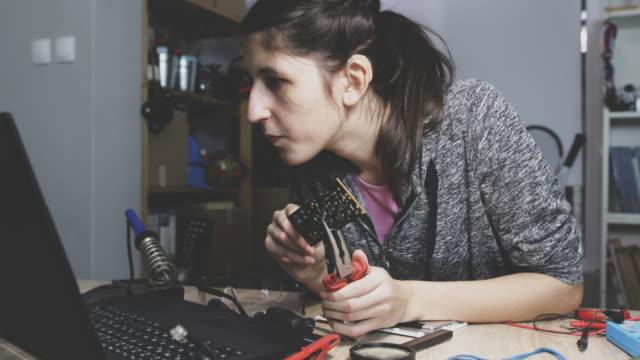 vídeos de stock, filmes e b-roll de reparação de peças de computador - surdo
