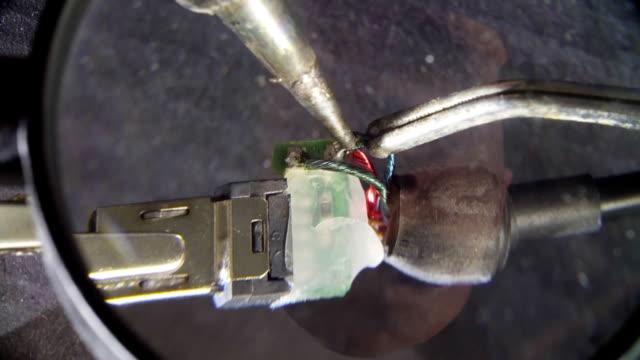 reparatur von einem draht für elektronische geräte - selbstgemacht stock-videos und b-roll-filmmaterial