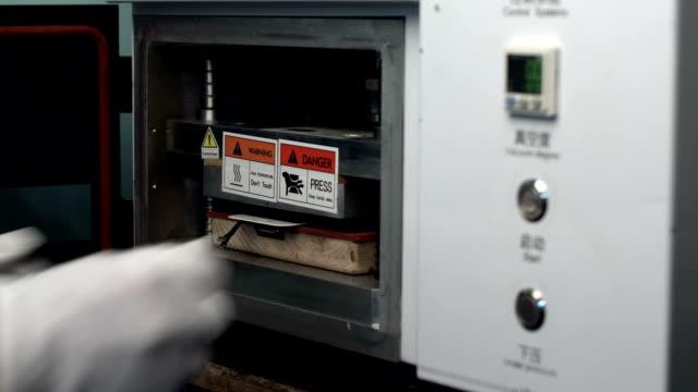 riparatore stiratura smartphone visualizzazione lcd in vuoto vuoto laminatore stampa. - autoclave video stock e b–roll