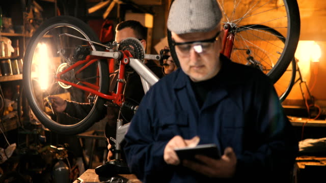 Repair Reparatur Fahrrad im Workshop mit tablet – Video