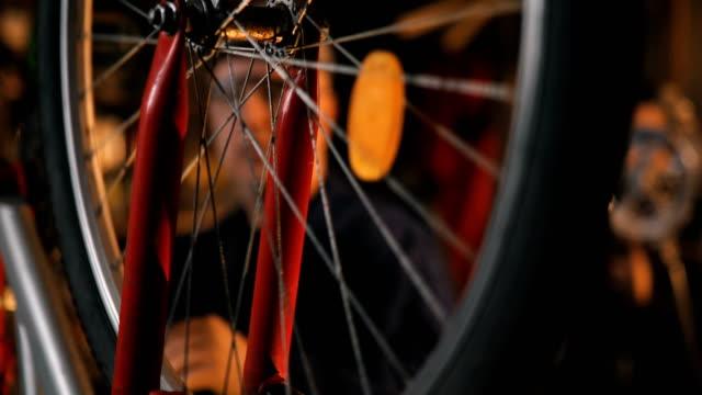 Vélo réparation réparateur en atelier - Vidéo