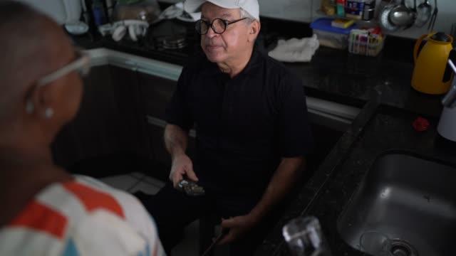 vidéos et rushes de réparateur travaillant à la maison du client - inspecteur