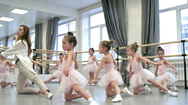 vídeos de stock e filmes b-roll de repeating movements after dance teacher - tule têxtil