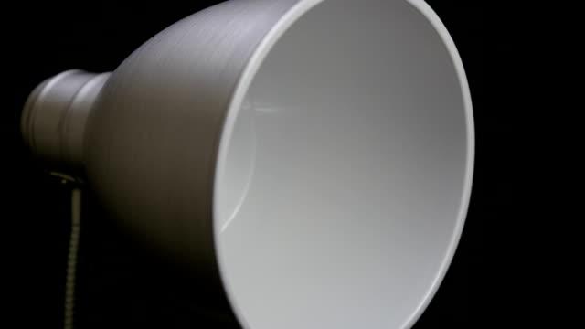 austausch über eine glühbirne - led leuchtmittel stock-videos und b-roll-filmmaterial