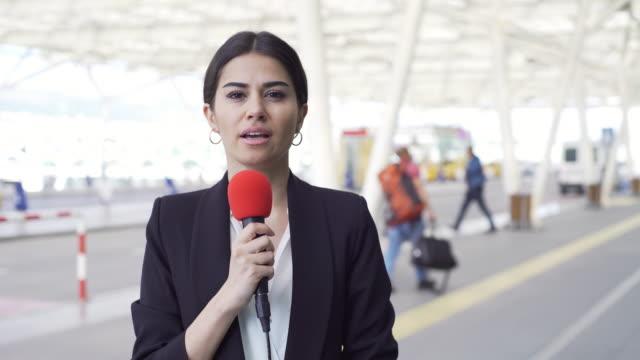 vidéos et rushes de journaliste de télévision à l'aéroport - interview