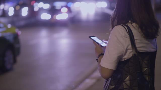 i̇steme ve taksi (gerçek hayatta) bekliyor - sipariş vermek stok videoları ve detay görüntü çekimi