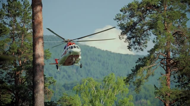 vídeos de stock e filmes b-roll de rescue helicopter take off, slow motion - resgate