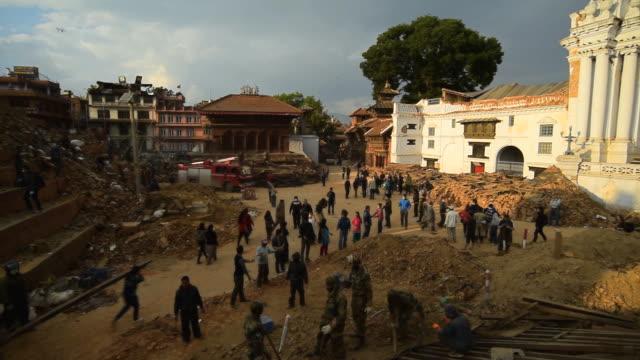 カトマンズ、ネパール-4 月 29 日:救助チームであるダルバール広場は severly した後、大地震 - ネパール点の映像素材/bロール