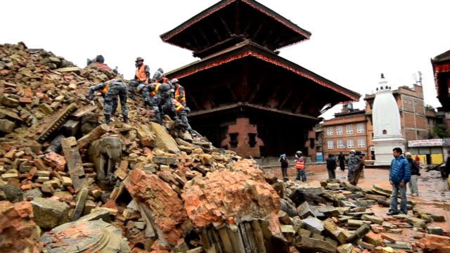 ネパールのカトマンズ日~2015 年 4 月 30 日:救助チーム phaktapur severly になった後に、損傷の大地震 - ネパール点の映像素材/bロール