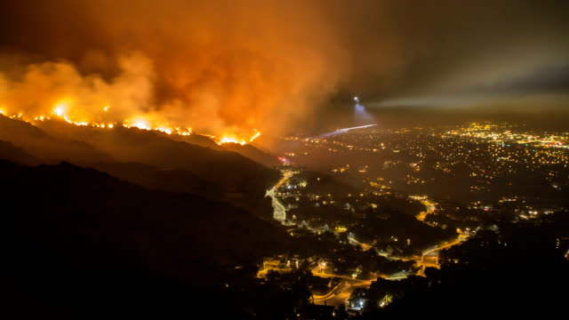 rescue teams evacuating neighborhood from wildfire - time lapse - california video stock e b–roll