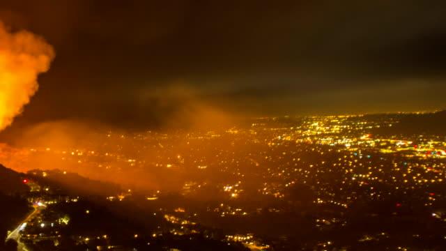 stockvideo's en b-roll-footage met reddingsteams wijk evacueren van wildvuur - time-lapse - bosbrand