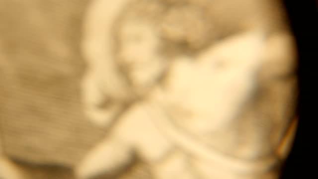 4k forskning antika utskrifter genom ett förstorings glas - påve bildbanksvideor och videomaterial från bakom kulisserna