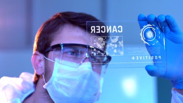 タブレットを使用した研究者 - タッチスクリーン点の映像素材/bロール