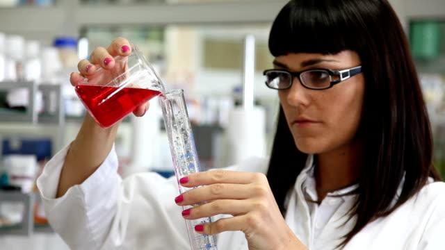 forscher arbeiten mit chemikalien - wissenschaftlerin stock-videos und b-roll-filmmaterial