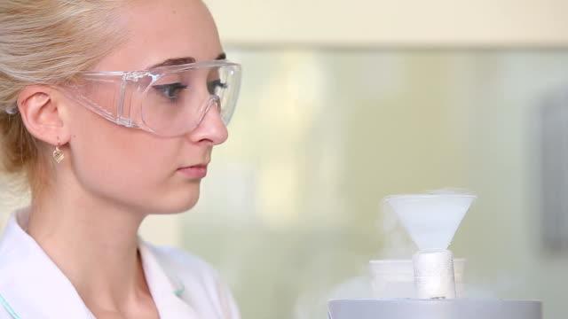 wissenschaftler arbeiten mit flüssiger stickstoff - wissenschaftlerin stock-videos und b-roll-filmmaterial