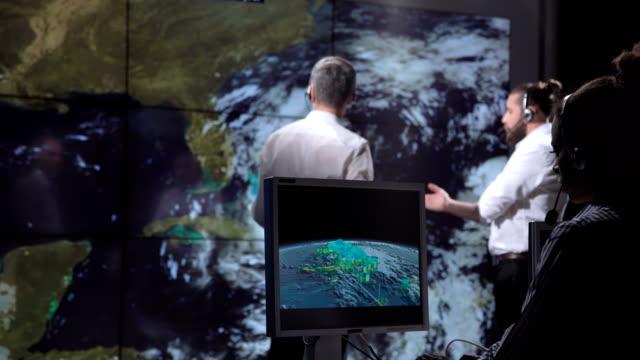 vídeos de stock, filmes e b-roll de pesquisadores, rastreamento de furacão no monitor - meteorologia