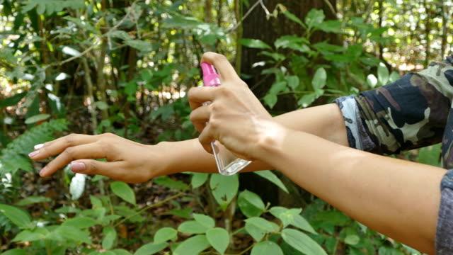 ricercatori utilizzare spruzzo anti-zanzara spuntini nella foresta pluviale tropicale - zanzare video stock e b–roll