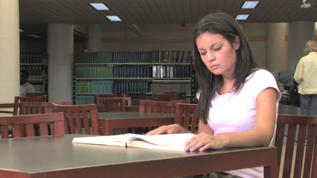 Recherche in der Bibliothek (HD – Video