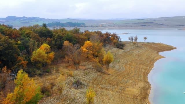 vídeos de stock e filmes b-roll de reservoir landscape. navarre, spain. - margem do lago