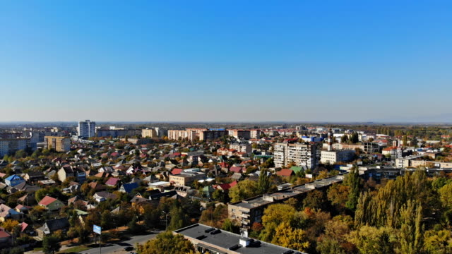 zona residenziale della città al tramonto, case aeree del paesaggio urbano nella piccola città in campagna. uzhhorod ucraina europa - transcarpazia video stock e b–roll