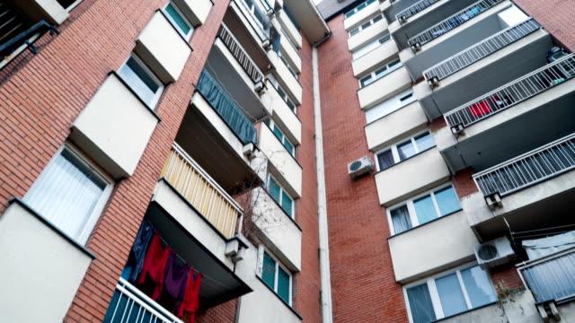 vídeos de stock e filmes b-roll de residential building downtown - obras em casa janelas