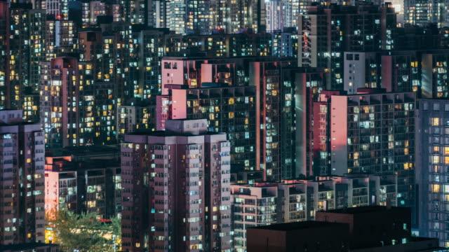 vídeos y material grabado en eventos de stock de t/l zo edificio residencial ventanas brilla en la noche / beijing, china - piso residencia