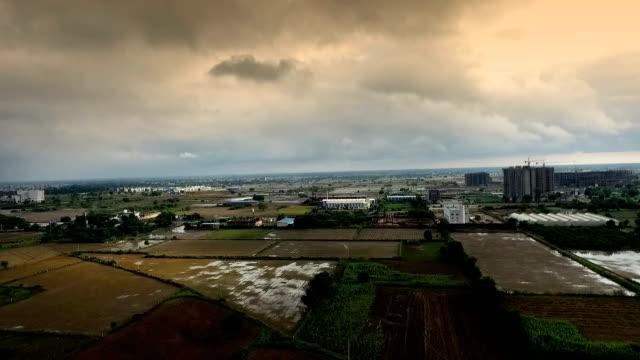 高速道路に近い住宅 - ハリヤナ州点の映像素材/bロール
