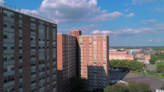 vidéos et rushes de quartier résidentiel avec des bâtiments sociaux à plusieurs niveaux de briques à brooklyn, new york, le long de pennsylvania avenue. vidéo de drone aérien avec le mouvement ascendant de caméra. - hlm