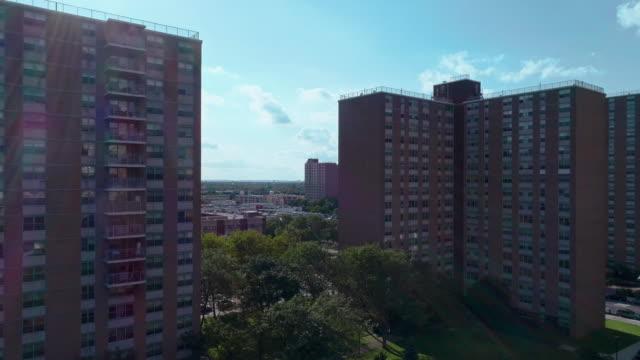 vidéos et rushes de quartier résidentiel avec des bâtiments sociaux à plusieurs niveaux de briques à brooklyn, new york, le long de pennsylvania avenue. vidéo de drone aérien avec le mouvement descendant de caméra. - hlm