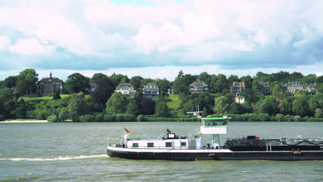 エルベ川のハンブルクの住宅と船の交差点 ビデオ