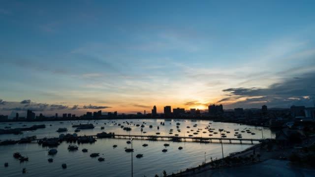 vídeos de stock, filmes e b-roll de 4k resolução b-roll ponto de vista time-lapse da marina pattaya city, chonburi, tailândia - marina