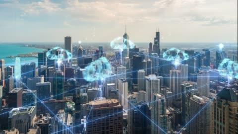 vidéos et rushes de technologie de connexion de nuages de résolution 4k sur les toits de la ville de chicago - format hd