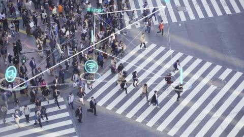 risoluzione 4k persone e concetto tecnologico, persone affollate che camminano e icona di comunicazione globale con linea di connessioni di rete, concetto tecnologico-futuristico - people video stock e b–roll