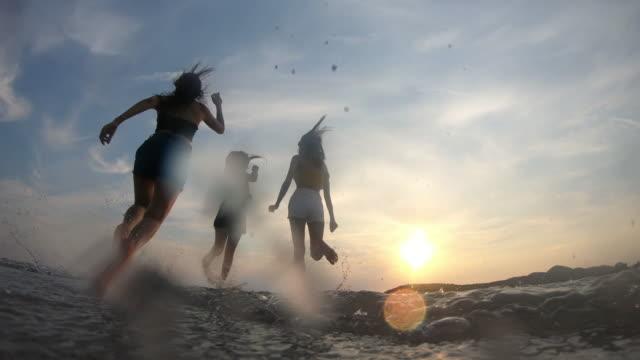 vídeos de stock, filmes e b-roll de resolução 4k slow-motion mulher asiática feliz grupo amigos desfrutar de férias de verão e engraçado correndo na praia - férias na praia