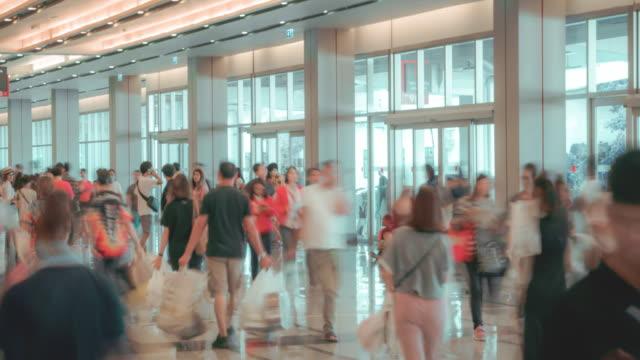トレードイベント展示ホールで4k 解像度のタイムラプスの群衆.ビジネストレードショー、ショッピングモール、マーケティング広告コンセプト、mice 業界のビジネスコンセプト - 展示会点の映像素材/bロール