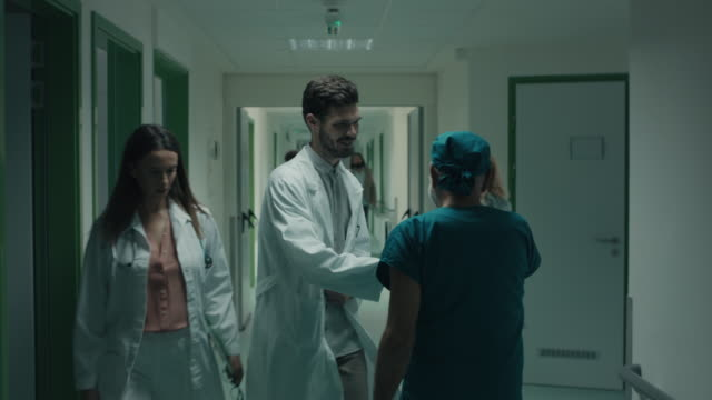 hastanede saygın kıdemli cerrah - cerrahi önlük stok videoları ve detay görüntü çekimi