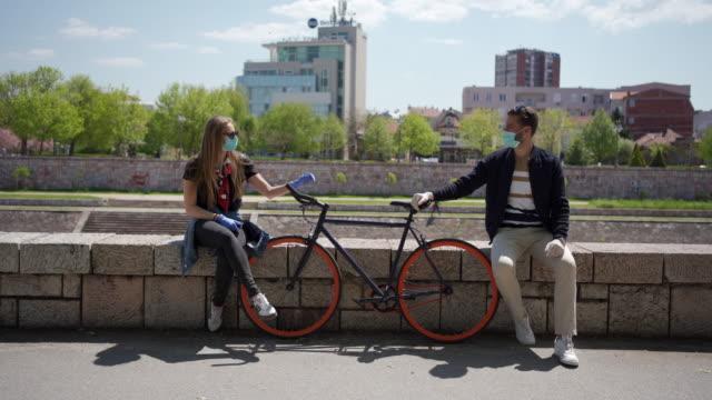 責任あるカップルは、2メートル離れてのルールに従うことによって一緒に時間を過ごす ビデオ