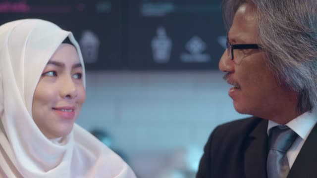 vídeos de stock e filmes b-roll de restaurant business : muslim people working and discussion - senior business woman tablet
