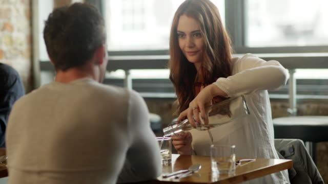 stockvideo's en b-roll-footage met restaurant babbelen water - daten