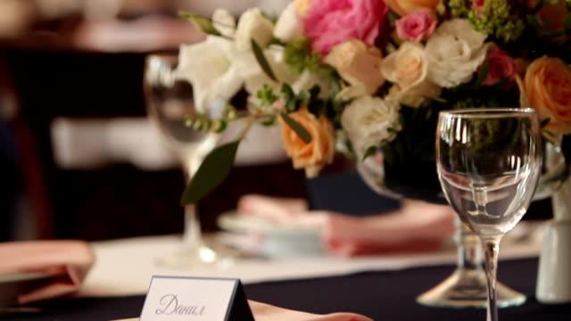 restaurant dekoration für hochzeit oder geburtstag mit weißen und blauen farben. urlaub-floristik oder rosen auf den tischen im café vor dem empfang und bankett - dekorative kunst stock-videos und b-roll-filmmaterial