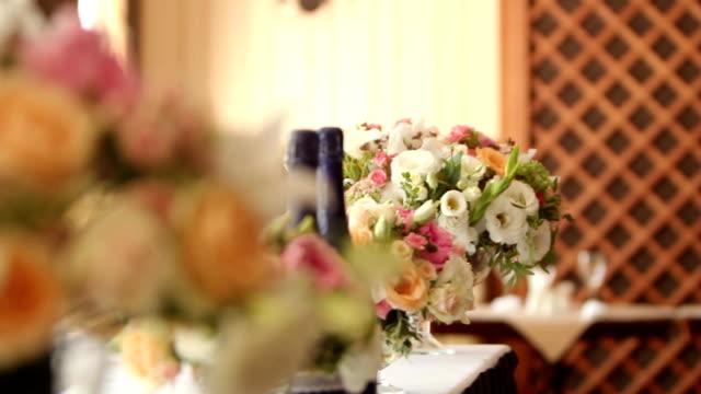 restaurant dekoration für hochzeit oder geburtstag mit weißen und blauen farben. urlaub-floristik oder rosen auf den tischen im restaurant vor dem empfang und bankett - dekorative kunst stock-videos und b-roll-filmmaterial