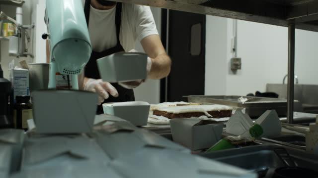 vídeos de stock, filmes e b-roll de cozinha do restaurante operando durante o surto de covid-19 - vegetarian meal