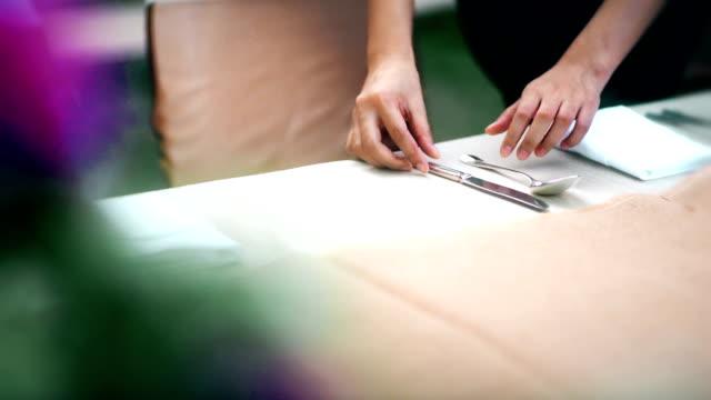 レストランのスタッフは、ディナー パーティーや結婚披露宴のための屋外のテーブルを設定。 - 外食産業関係の職業点の映像素材/bロール