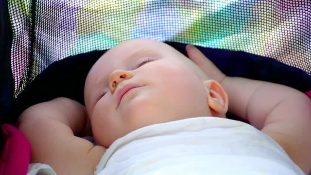 tranquillo sonno neonata - 0 11 mesi video stock e b–roll